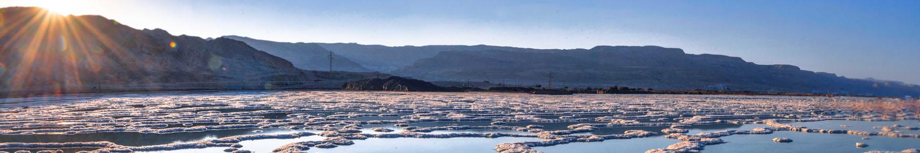 Мертвое море в Израиле с соляными отложениями
