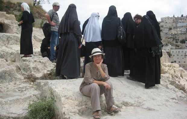 Галина Любан на фоне мусульманских паломниц в парандже